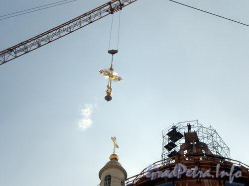 Установка креста на Троицкий собор. 9 октября 2008 г.
