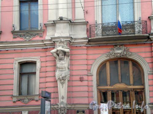 Невский пр., д. 41. Дворец Белосельских-Белозерских. Атлант на фасаде здания. Апрель 2009 г.