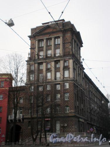 Бол. Сампсониевский пр., д. 108. Фрагмент фасада с башней по Сердобольской улице. Апрель 2009 г.