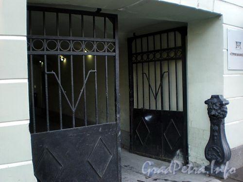 Невский пр., д. 19. Чугунный столбик с львиной маской у ворот. Фото октябрь 2009 г.