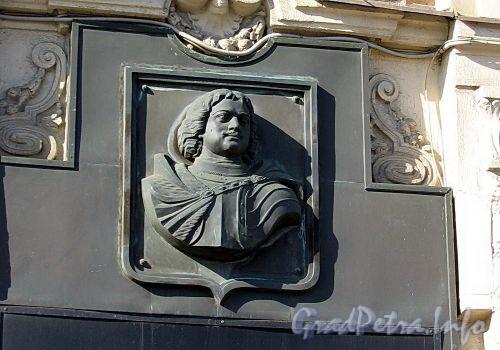 Невский пр., д. 26. Барельеф Петра I на фасаде здания. Фото июль 2009 г.
