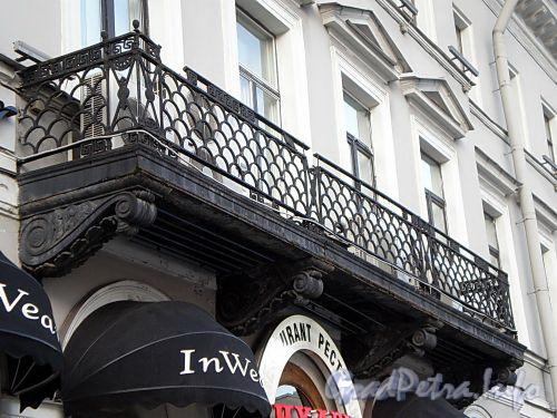 Невский пр., д. 20. Здание Голландской церкви. Поврежденная решетка балкона. Фото октябрь 2009 г.