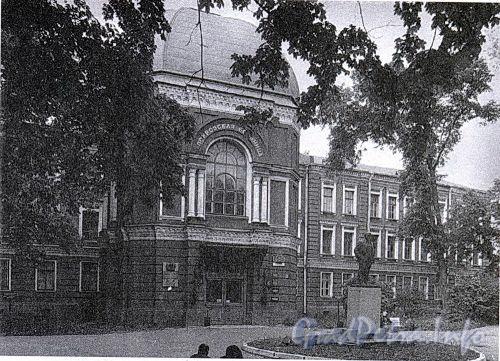 Большой пр. В.О., д. 85 (средний корпус). Здание больницы Покровской общины сестер милосердия. Фасад здания. Фото 2001 г. (из книги «Историческая застройка Санкт-Петербурга»)