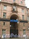 Кронверкский пр., дом 49. Фрагмент фасада. Фото 26 июня 2012 г.