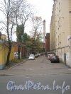 Старо-Петергофский проспект, дом 28 (справа) и проезд от Старо-Петергофского проспекта в сторону дома 26. Фото 19 октября 2012 г.