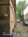 Каменноостровский пр., дом 26-28, литера В (слева). Угол дома. Фото 7 июля 2012 г.