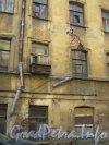 Каменноостровский пр., дом 24, литера Б. 1 двор. Фрагмент здания и трещина в нём. Фото 7 июля 2012 г.