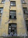 Каменноостровский пр., дом 24, литера Б. Фрагмент здания. Вид со стороны дома 24 литера В. Фото 7 июля 2012 г.