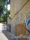 Каменноостровский пр., дом 24, литера Б. Фрагмент здания (стена). Вид со стороны проезда к гаражам дома 26-28. Фото 7 июля 2012 г.
