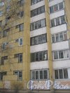 Пр. Луначарского, дом 108, корпус 2. Фрагмент фасада здания. Вид со стороны дома 4 корпус 1 по ул. Черкасова. Фото 30 января 2013 г.