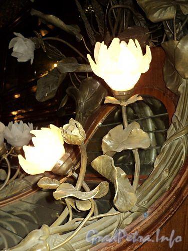 Невский пр., д. 56. Торговый зал «Елисеевского» гастронома. Настенный светильник. Фото февраль 2011 г.