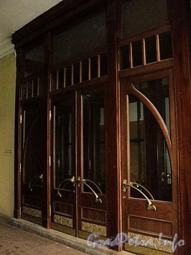 Невский пр., д. 56. Входная дверь в магазин BENETON (бывш. Рыбный отдел «Елисеевского магазина»). Фото февраль 2011 г.