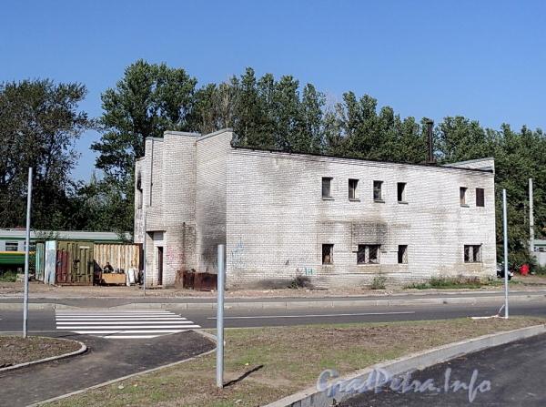 Коломяжский пр., д. 6. Постройка у ж/д станции «Новая деревня». Фото август 2011 г.