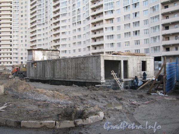 Встроенный паркинг во дворе строящегося ЖК «Маршал-2». Фото декабрь 2011 г.