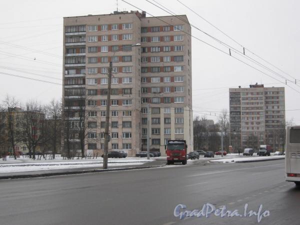 Пр.Ветеранов,150 (слева) и 154 (справа). Вид от перекрёстка пр. Ветеранов и ул. Тамбасова. Фото январь 2012 г.