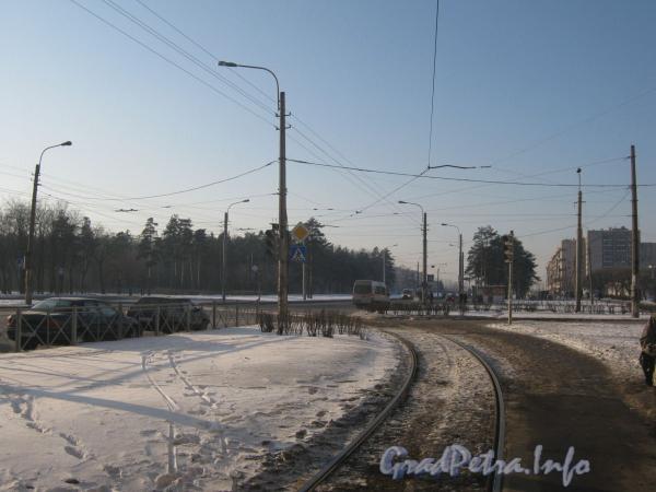 Перекрёсток пр. Ветеранов и ул. Лётчика Пилютова. Трамвайные пути поворачивают на Пилютова. Фото январь 2012 г.