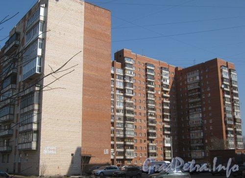 Пр. Ветеранов, дом 120. Общий вид дома со двора. Фото апрель 2012 г. с Авангардной ул.