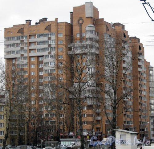 Витебский пр., дом 51 корпус 1. Общий вид с ж/д платформы «Пр. Славы». Фото июнь 2012 г.
