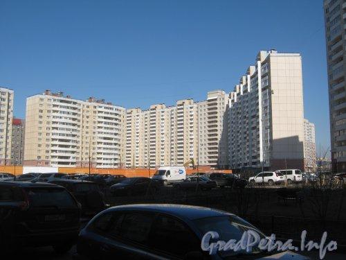 Дунайский пр., дом 5 корпус 6 (в центре), дома 3 корпус 4 (слева) и 5 корпус 7(справа). Фото апрель 2012 г. со стороны дома 24 корпус 2 по Пулковскому шоссе.