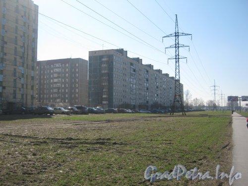 Дунайский пр., дом 5 (в центре) и общий вид домов по нечётной стороне Дунайского пр. в сторону Пулковского шоссе. Фото апрель 2012 г.