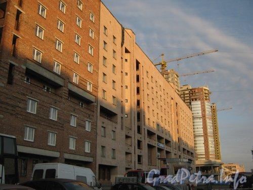 Пр. Просвещения, дом 45. Фрагмент фасада на рассвете. Фото 7 июля 2012 г.