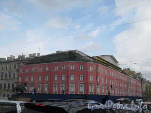 Невский пр., д. 68, лит. Б. Общий вид реконструируемого здания с Аничкова моста. Фото 18 сентября 2012 г.