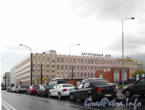 Ленинский пр., дом 140. Корпус со стороны Трамвайного проспекта. Фото сентябрь 2012 г.