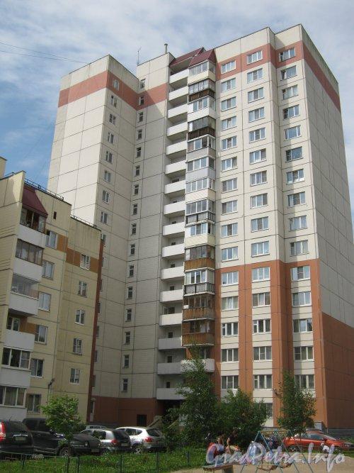 Пр. Народного Ополчения, дом 237. Общий вид со стороны двора на угловую часть здания. Фото 2 июля 2012 г.