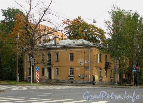 Большой Смоленский пр., дом 32 / ул. Седова, дом 20. Общий вид жилого дома. Фото сентябрь 2012 года.