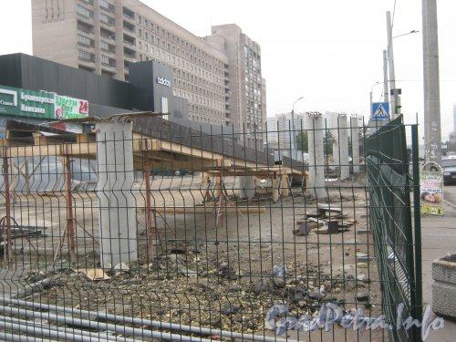 Строительство пешеходного перехода над проспектом Славы около дома 5. Фото 14 октября 2012 г.