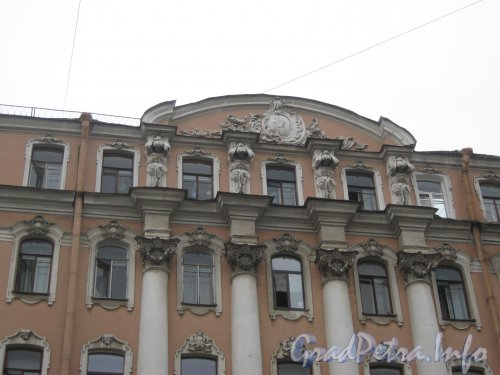 Средний пр. В.О., дом 53. Фрагмент фасада со стороны Среднего пр. В.О. Фото 2 мая 2012 г.