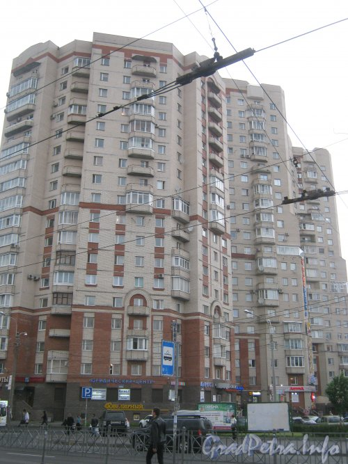 Комендантский пр., дом 12. Угловая часть здания (угол улиц Гаккелевской и Ильюшина). Фото 25 июня 2012 г.