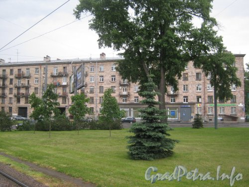 Пр. Энгельса, дом 28. Общий вид со Светлановской пл. Фото 25 июня 2012 г.
