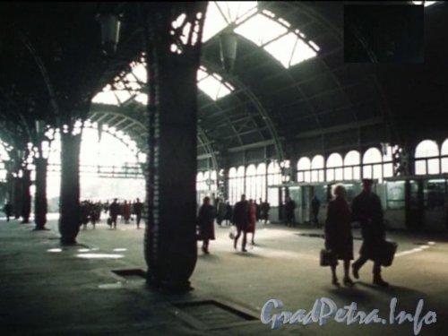 Загородный пр., дом 52. Перрон Витебского вокзала (под крышей). Кадр из фильма «Пeреступить черту» (1985)