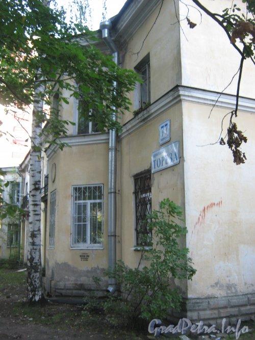 Пр. Мориса Тореза, дом 77 корпус 2. Фрагмент фасада. Фото 4 сентября 2012 г.