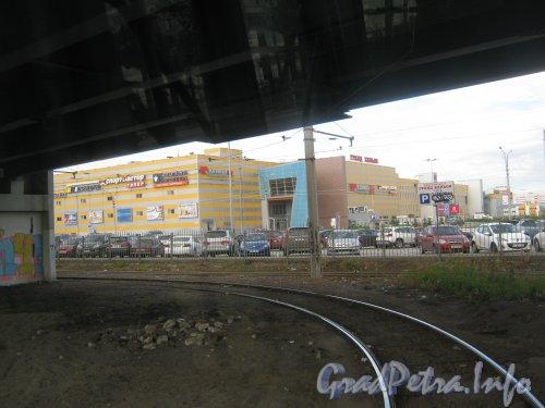 Пр. Энгельса, дом 154, литера А. Вид из трамвая под Парнасским путепроводом на дом 154, литера А по пр. Энгельса. Фото 22 июля 2012 г.