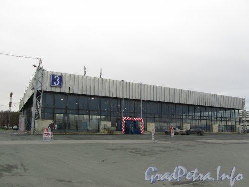 Большой пр. В.О., дом 103, корп. 3. 3-й павильон выставочного комплекса «ЛЕНЭКСПО». Фото ноябрь 2012 года.