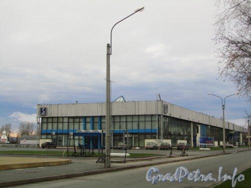 Большой пр. В.О., дом 103, корп. 5. 5-й павильон выставочного комплекса «ЛЕНЭКСПО». Фото ноябрь 2012 года.