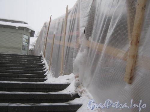 Загородный пр., дом 52, литера П. Лестница со стороны пригородных касс Витебского вокзала к пригородным платформам. Ремонт правой части. Фото 11 декабря 2012 г.