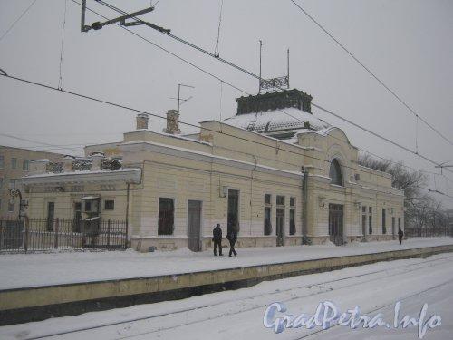 Загородный пр., дом 52, литера Р. Общий вид здания со 2-й пригородной платформы. Фото 11 декабря 2012 г.