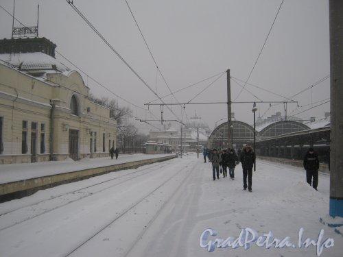Загородный пр., дом 52, литера П. Вид с 2-й пригородной платформы (дом 52, литера П) в сторону основного здания Витебского вокзала. Фото 11 декабря 2012 г.