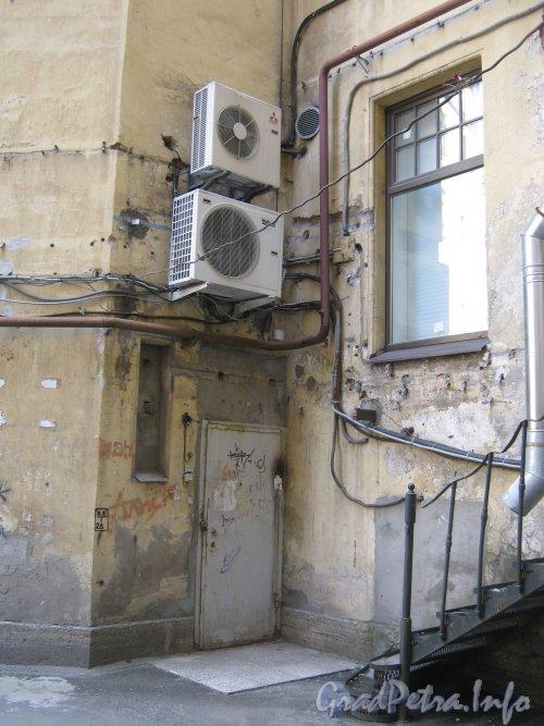 Каменноостровский пр., дом 26-28. Двор 1. Угол двора. Фото 7 июля 2012 г.