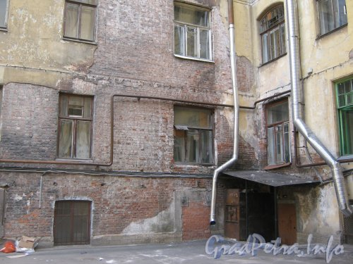 Каменноостровский пр., дом 26-28, литера А. Двор 1. Угол двора. Фото 7 июля 2012 г.