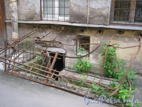 Каменноостровский пр., дом 26-28, литера В. 1 двор. Фрагмент здания и вход в подвал. Фото 7 июля 2012 г.