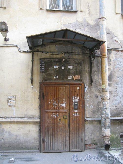 Каменноостровский пр., дом 26-28, литера В. 1 двор. Парадная. Фото 7 июля 2012 г.