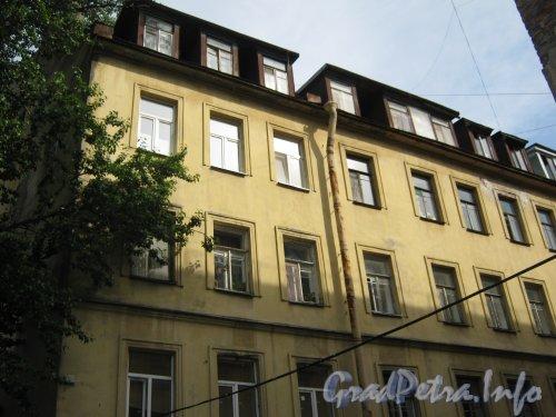 Каменноостровский пр., дом 26-28, литера В. 1 двор. Фрагмент здания. Фото 7 июля 2012 г.