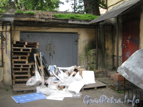 Каменноостровский пр., дом 26-28, литера В. 1 двор. Угол двора. Фото 7 июля 2012 г.
