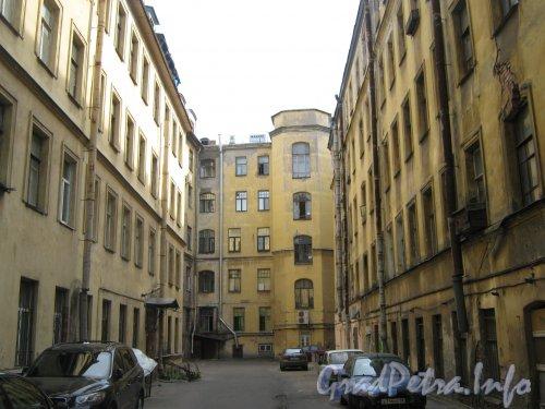 Каменноостровский пр., дом 26-28, литера А (слева и в центре) и дом 24. литера Б (справа). Вид со стороны двора. Фото 7 июля 2012 г.
