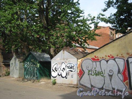 Каменноостровский пр., дом 26-28. Гаражи в 1 дворе. Фото 7 июля 2012 г.