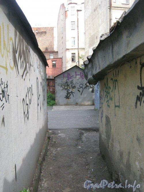 Каменноостровский пр., дом 26-28. Гаражи в 1 дворе и проход между ними. Фото 7 июля 2012 г.